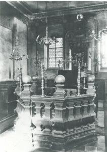 Das Innere der Synagoge Memmelsdorf mit Bima und Tora-Schrein. Vor 1916