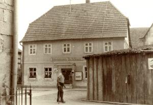 Der Kolonialwarenladen von Otto Nestmann in der Dorfstraße 3. Der Holzschuppen im Vordergrund verdeckt die Giebelwand der ehemaligen Synagoge. Foto: Walter Schmitt, 1968.