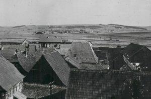 Blick vom Memmelsdorfer Kirchturm. In der Bildmitte das steile Dach der Synagoge. 1930er Jahre